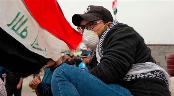 عراقي إلى جانب علم بلاده (أرشيف)