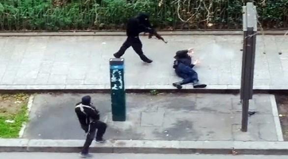 الأخوان كواشي يهددان ضابط الشرطة أحمد المرابط أمام شارلي إبدو قبل إعدامه (أرشيف)