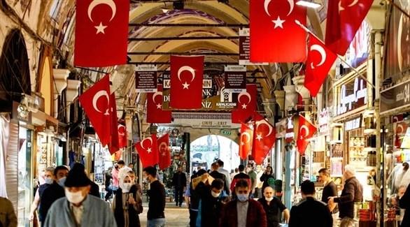 أتراك في أحد أسواق إسطنبول (أرشيف)