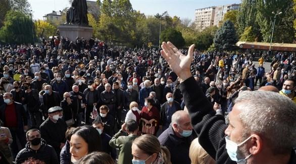 متظاهرون في أرمينيا ضد رئيس الوزراء ووقف إطلاق النار في قره باخ (رويترز)