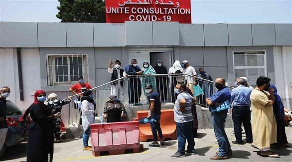 جزائريون أمام جناح علاج المصابين بكورونا في أحد مستشفيات العاصمة (أرشيف)