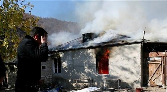أرمني يحرق منزله قبل تسليم القرية لأذربيجان (رويترز)