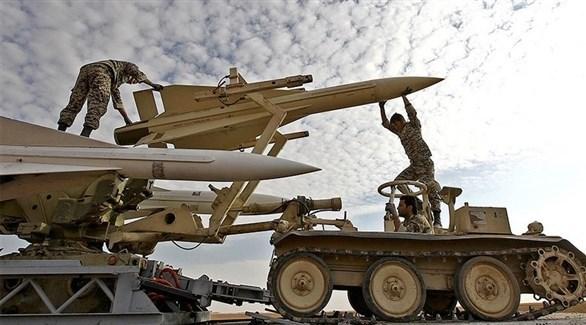 جنود إيرانيون يركبون الصواريخ (أرشيف)