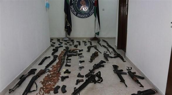 الأسلحة المعروضة من قبل الأمن الأردني (بترا)