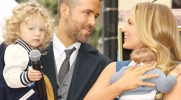 الممثل الأمريكي رايان رينولدز وزوجته وبناته