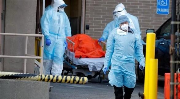 مصاب بفيروس كورونا في مستشفى بمدينة نيويورك الأمريكية (رويترز)