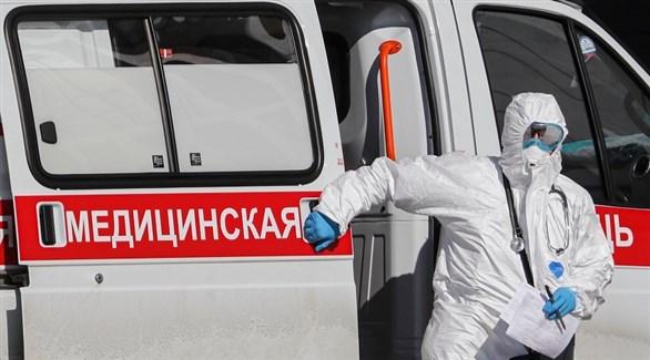 مسعف روسي ينزل من سيارة إسعاف (أرشيف)