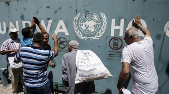 فلسطينيون أمام أحد مراكز أونروا في غزة (أرشيف)