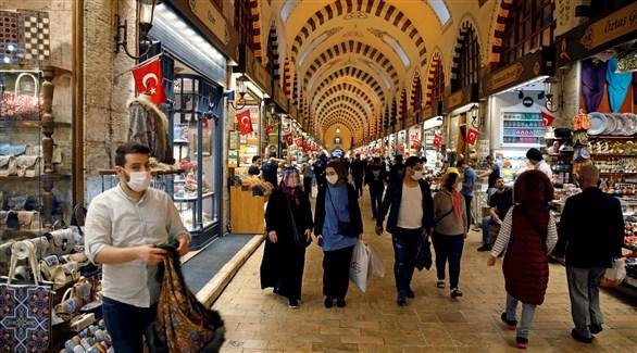 متسوقون في إسطنبول (أرشيف)