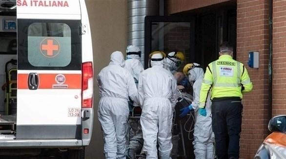 مسعفون إيطاليون ينقلون مصاباً بكورونا (أرشيف)