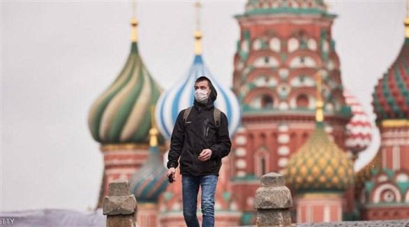 روسي يتجول في ساحة الكرملين (أرشيف)