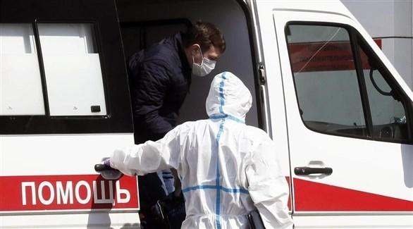 مسعفان روسيا أمام سيارة إسعاف (أرشيف)