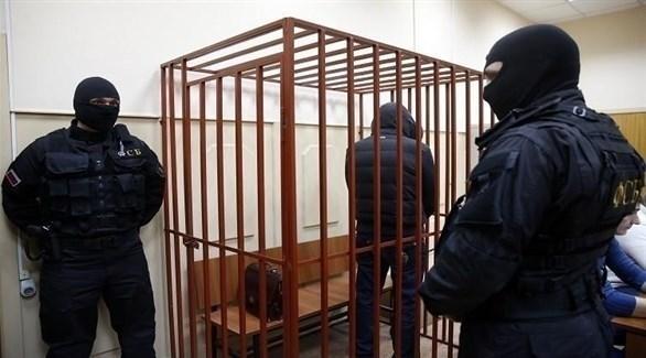 عنصرا أمن يحيطان بمتهم في محكمة روسية (أرشيف)