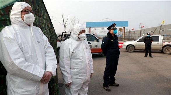عاملان في القطاع الصحي الروسي في معبر حدودي مع الصين (أرشيف)