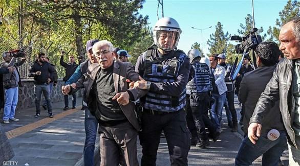شرطيان تركيان يرافقان مطلوباً أمنياً (أرشيف)