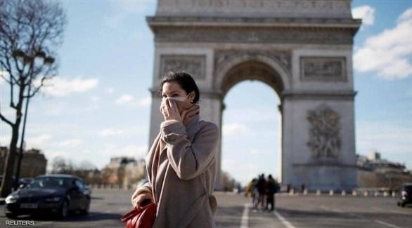 فرنسية أمام قوس النصر في باريس (أرشيف)