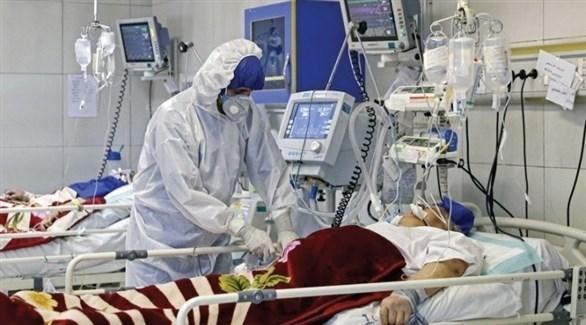طبيب يتابع حالة مريض في العناية الحثيثة (أرشيف)