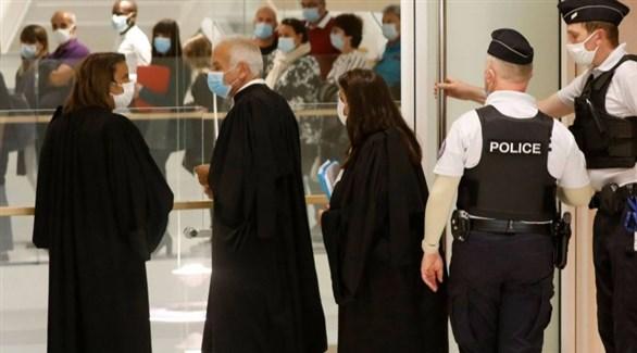 محامون وعناصر من الشرطة في محكمة باريس في جلسة سابقة من محاكمة مهاجمي شارلي إبدو (لاكروا)