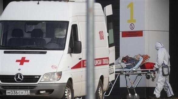 مسعف روسي ينقل مصاباً بكورونا (أرشيف)