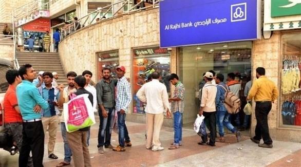 عمال أجانب أمام  مصرف سعودي (أرشيف)