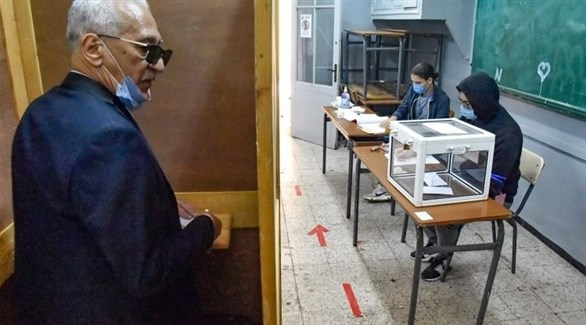 جزائري يدلي بصوته أمس الأحد في الاستفتاء على الدستور بمكتب اقتراع (الشروق الجزائرية)