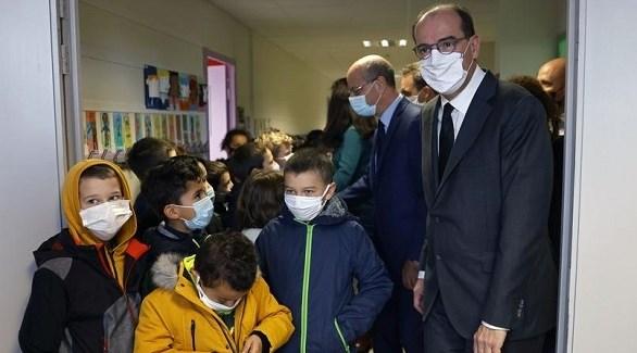 رئيس الوزراء الفرنسي جان كاستيكس مع طلاب مدرسة بضاحية كونلفلان سانت اونورين أين ذبح المدرس (أ ف ب)