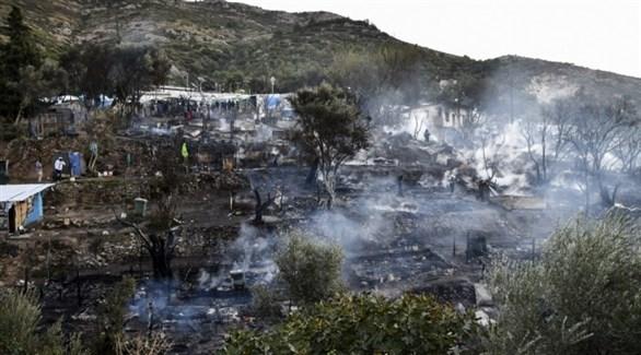محاولات لإطفاء النيران المشتعلة في خيام للاجئين بجزيرة ساموس اليونانية (أرشيف)