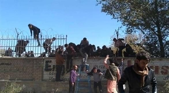 طلاب يتسلقون لمغادرة جامعة كابول بعد الهجوم (أرشيف)