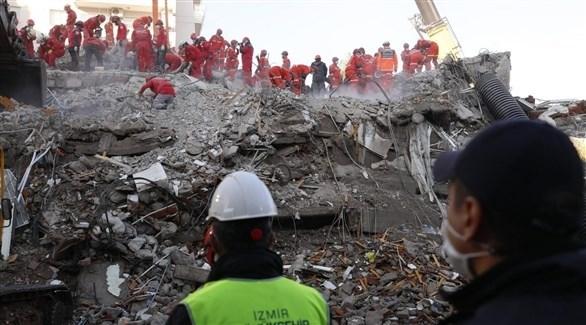 محاولات للبحث عن ناجين من تحت الركام في مدينة إزمير التركية (أرشيف)