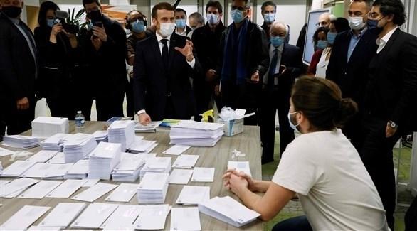 ماكرون يتحدث إلى متطوعين خلال حملة جمع تبرعات لأرمينيا (أ ف ب)
