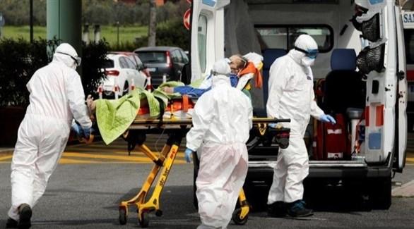 أفراد في الرعاية الصحية ينقلون مريضاً بفيروس كورونا في روما (أرشيف)