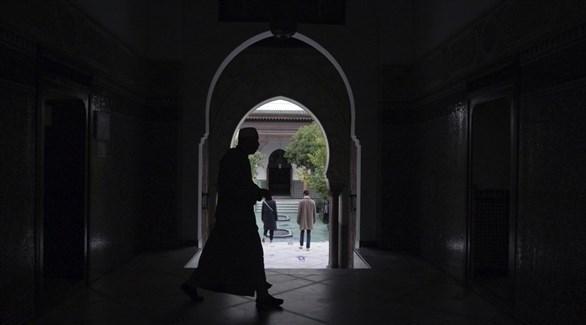 رجل يمشي داخل أحد المساجد في باريس (أرشيف / أ ب)
