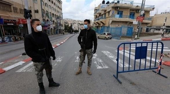 شرطيان فلسطينان عند حاجز أمني في الضفة الغربية (أرشيف)