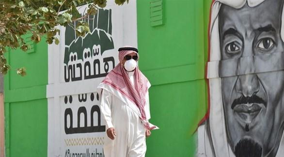 سعودي في الرياض أمام جدارية للملك سلمان بن عبد العزيز (أرشيف)