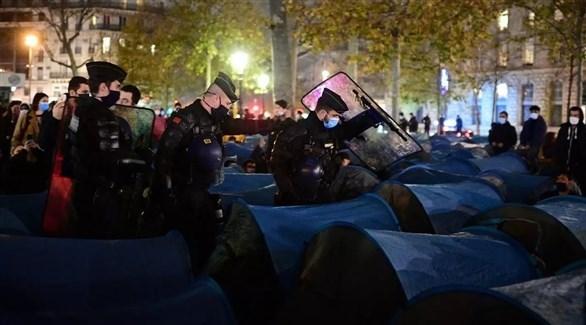 عناصر من الشرطة الفرنسية في مخيم ساحة الجمهورية أمس الإثنين (أ ف ب)