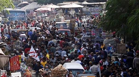 ازدحام في أحد أسواق القاهرة (رويترز)