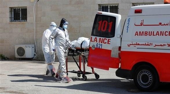 أطباء ينقلون متوفى بفيروس كورونا في فلسطين (أرشيف)