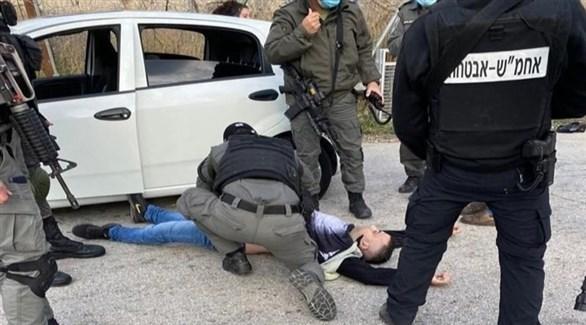عناصر من الشرطة الإسرائيلية حول الفلسطيني المتهم بالدهس (تويتر)