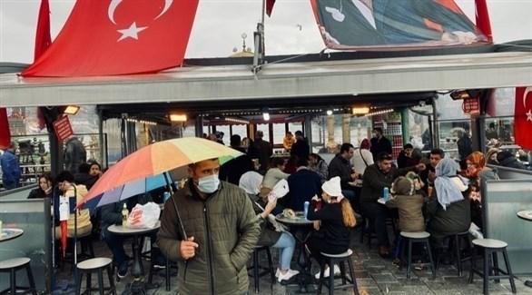 أشخاص يرتادون المقاهي في تركيا وسط جائحة كورونا (أرشيف)