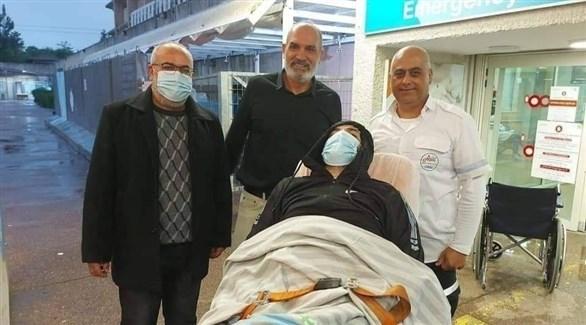 الأسير المحرر ماهر الأخرس بعد وصوله المستشفى لتلقي العلاج (أرشيف)