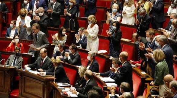 نواب في البرلمان الفرنسي بعد المصادقة على نص قانون جديد في جلسة سابقة (أرشيف)