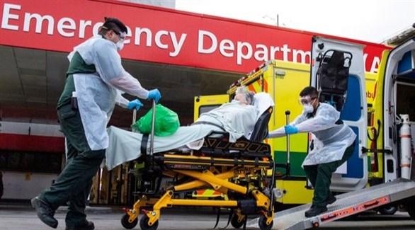 مسعفان عسكريان ينقلان مصاباً بكورونا في لندن (أرشيف)