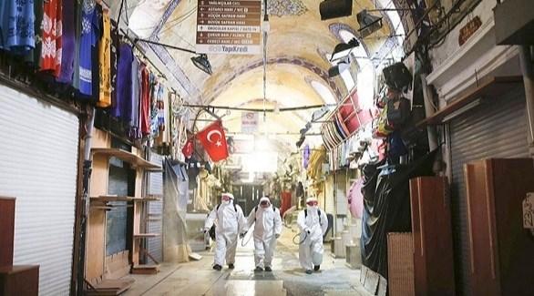 عمال أتراك يعقمون بازار إسطنبول (أرشيف)