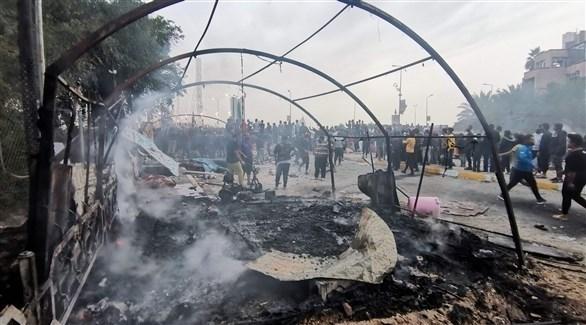 تصاعد الدخان بعد إحراق خيام محتجين  في الناصرية (أ ف ب)
