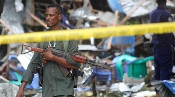 جندي صومالي في موقع تفجير إرهابي سابق (رويترز)