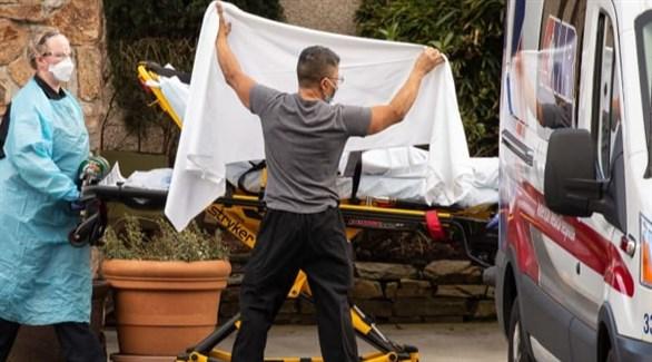 مسعفان أمريكيان يحجبان هوية مصاب بكورونا (أرشيف)