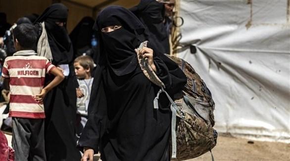 سيدات وأطفال في مخيم الهول بسوريا (أ ف ب)