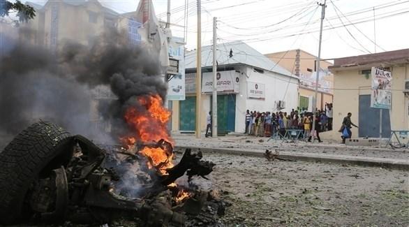 نيران تتصاعد من سيارة تعرضت لانفجار في مقديشو (أرشيف)