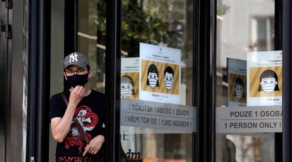 شخص يرتدي كمامة في تشيكيا (أرشيف)