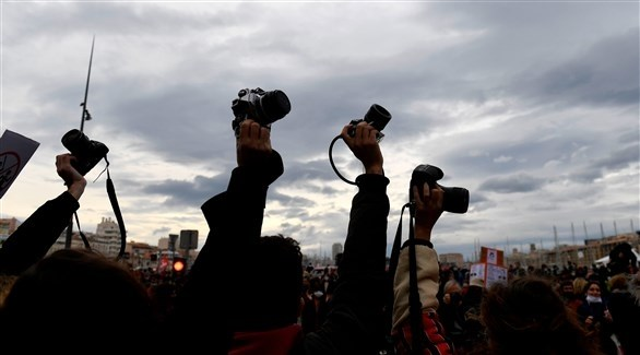 فرنسيون يرفعون كاميراتهم رفضاً لقانون يمنع تصوير الشرطة (أرشيف)